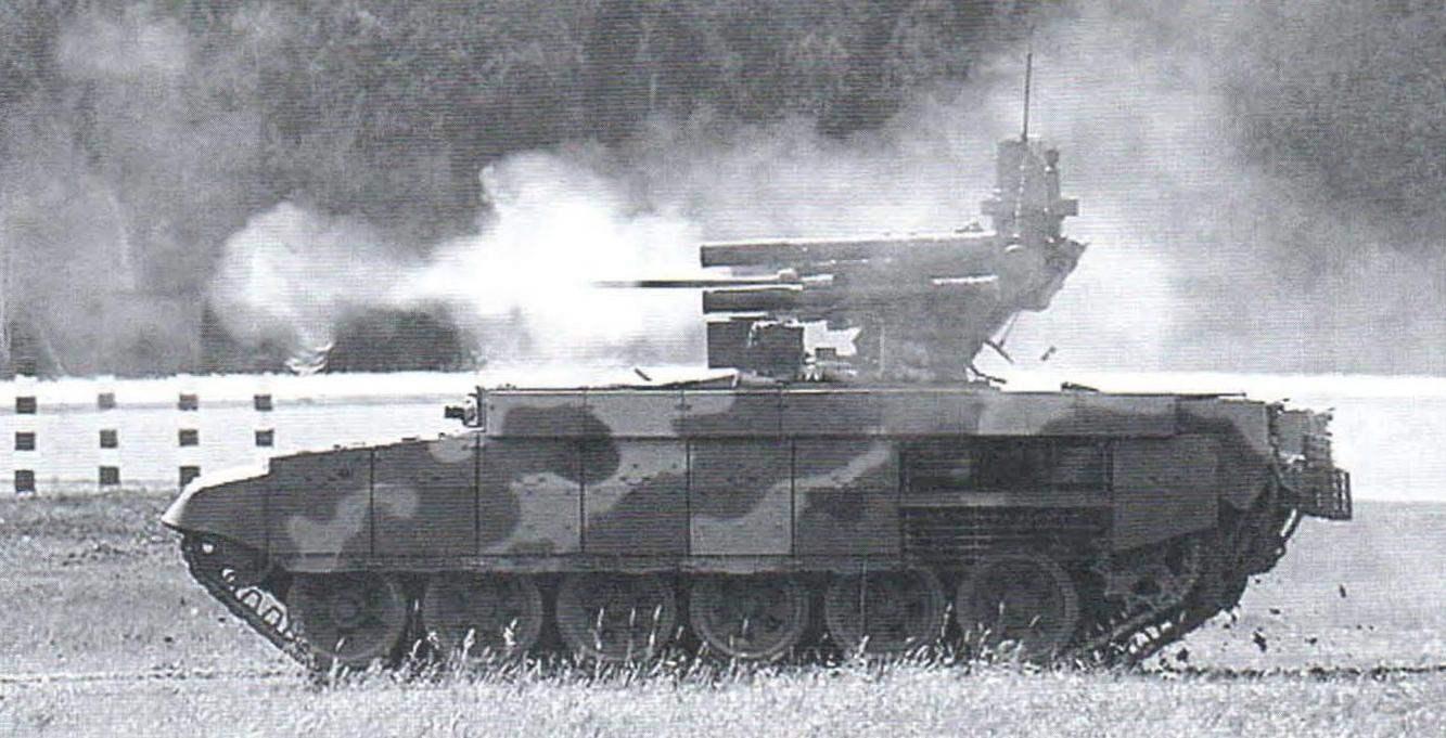 БМПТ на огневом рубеже ведёт стрельбу из 30-мм пушки 2А42