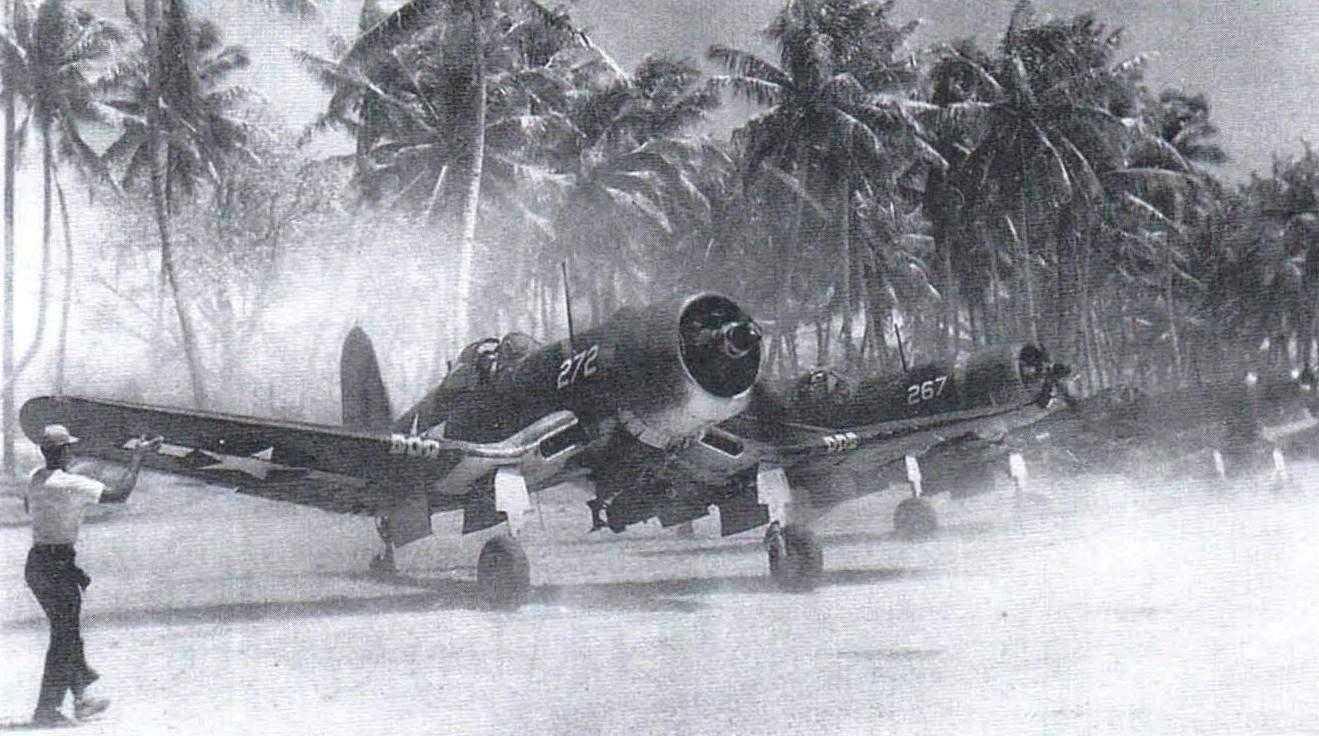 «Корсары», вооружённые 225-кг бомбами, выруливают на старт