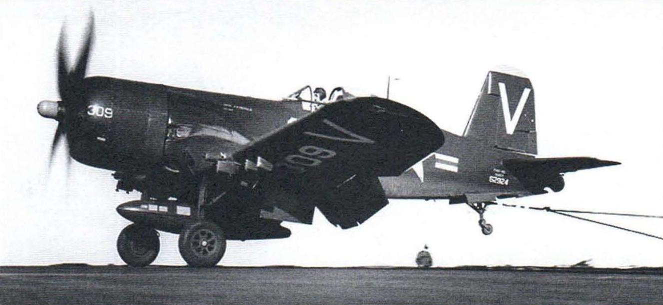 F4U-4B из эскадрильи VF-113 совершает посадку на палубу авианосца CV-47 Philippine Sea
