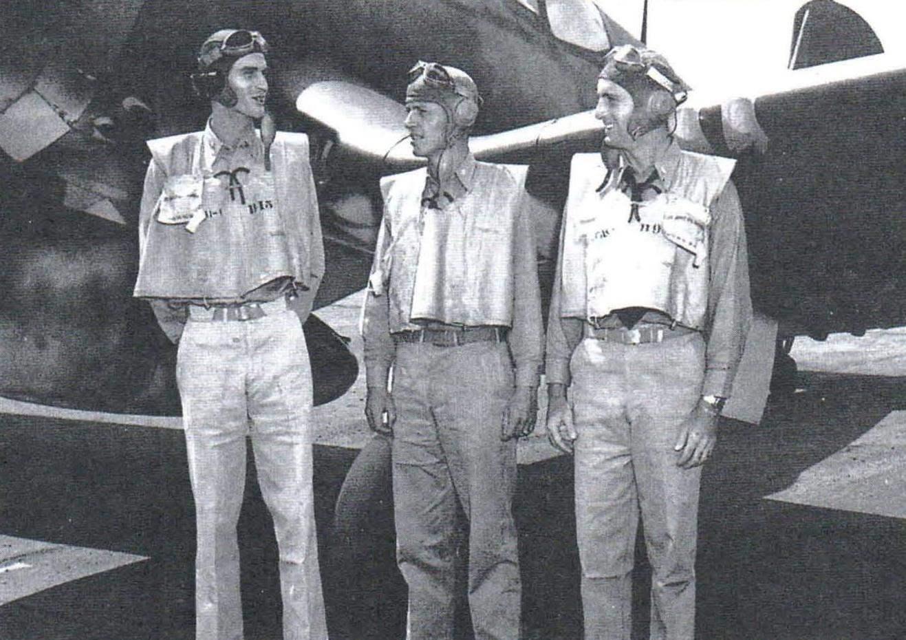 Асы палубной авиации, летавшие на «корсарах». Слева направо: Роджер Хедрик (9 побед), Джон Блэкберн (11 побед), Айра Кипфорд (17 побед)