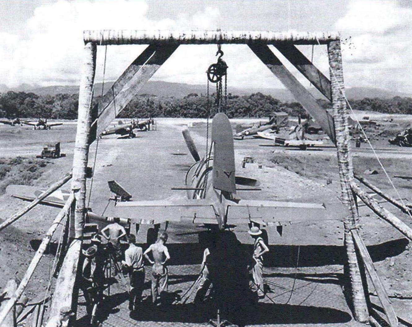 Техническое обслуживание F4U-1 на полевом аэродроме
