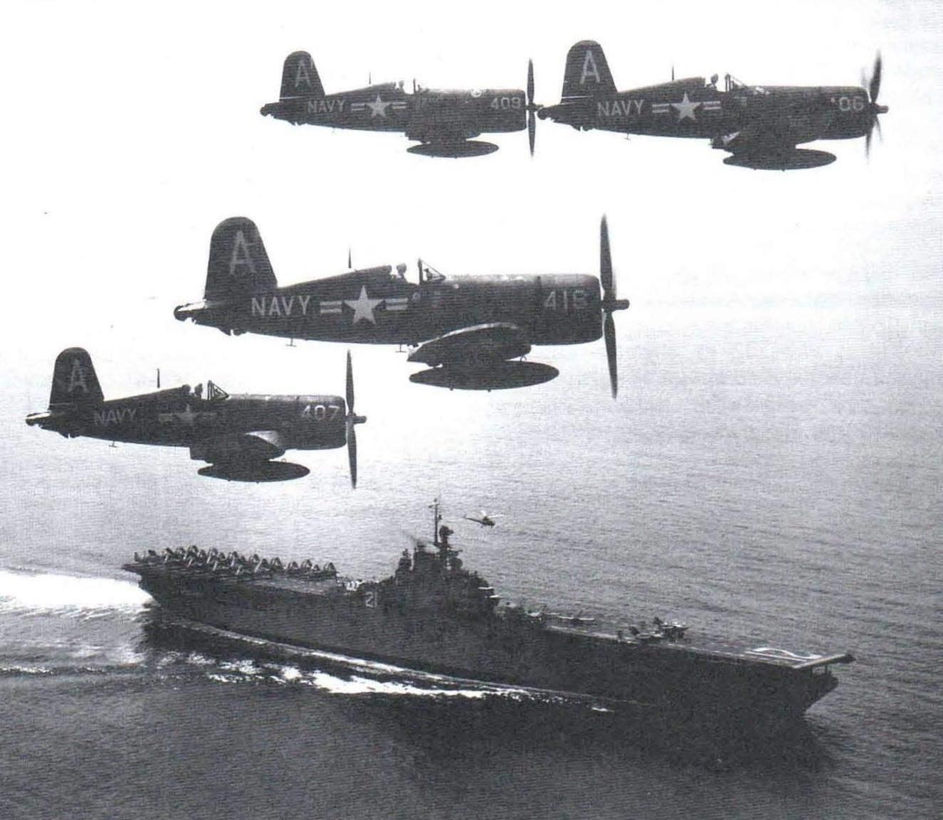 Истребители F4U-4В из эскадрильи VF-884 летят над авианосцем СV-Вохег. Война в Корее, 1951 год
