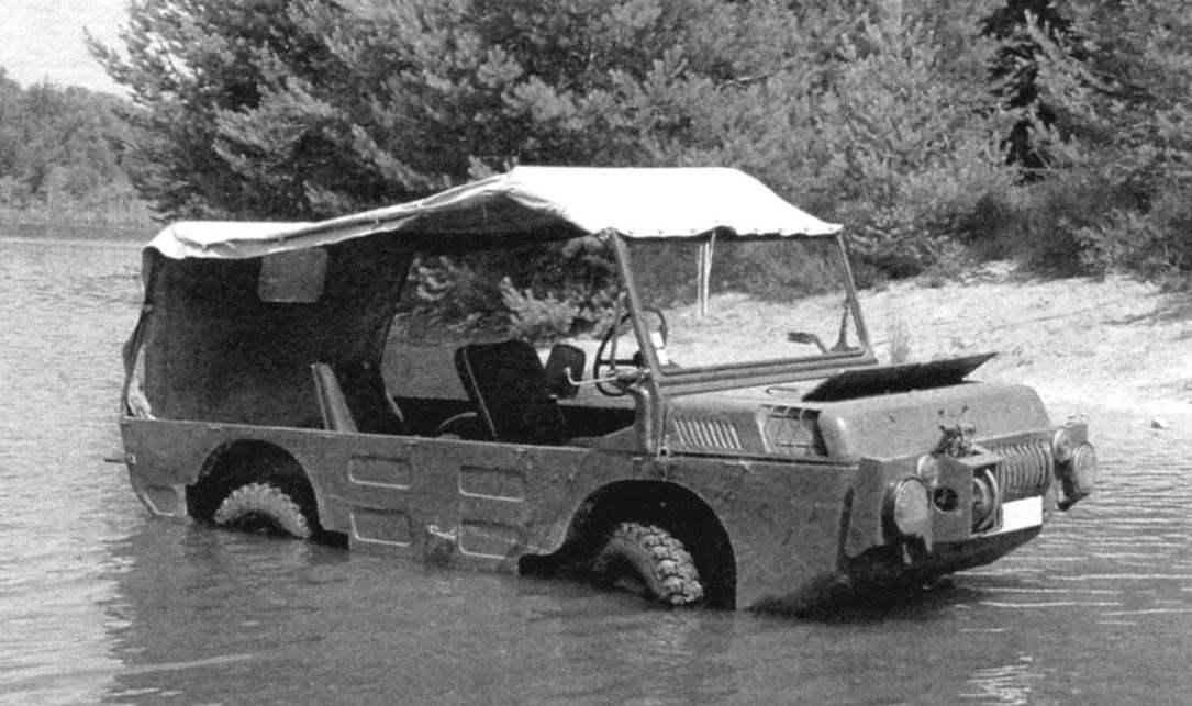 Транспортёр ЛуАЗ-967 неплохо плавал - в движение его приводили собственные колёса