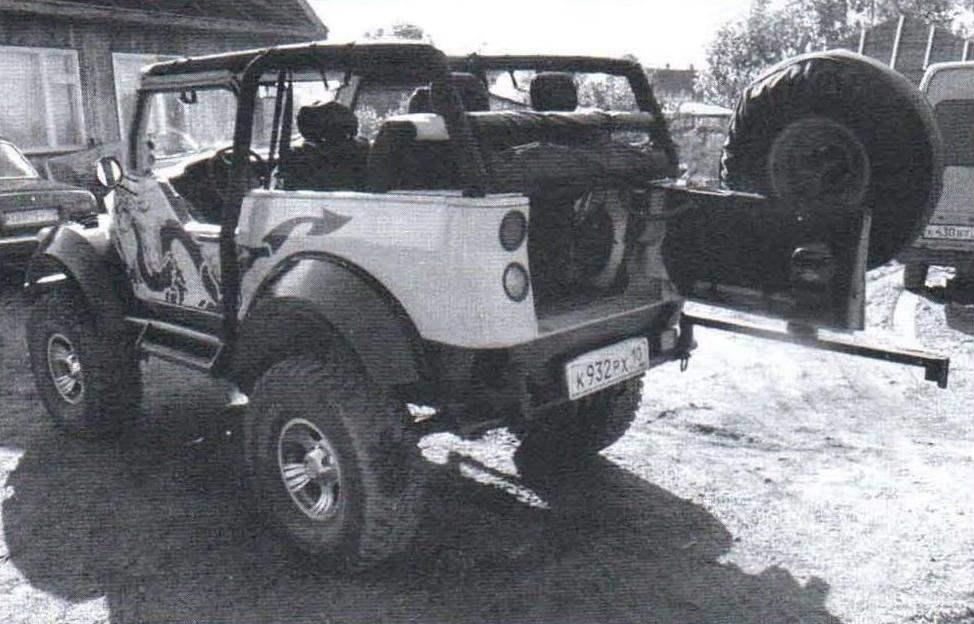 Задняя распахивающаяся дверь на монопетле и запасное колесо на поворотной консоли («калитке»)