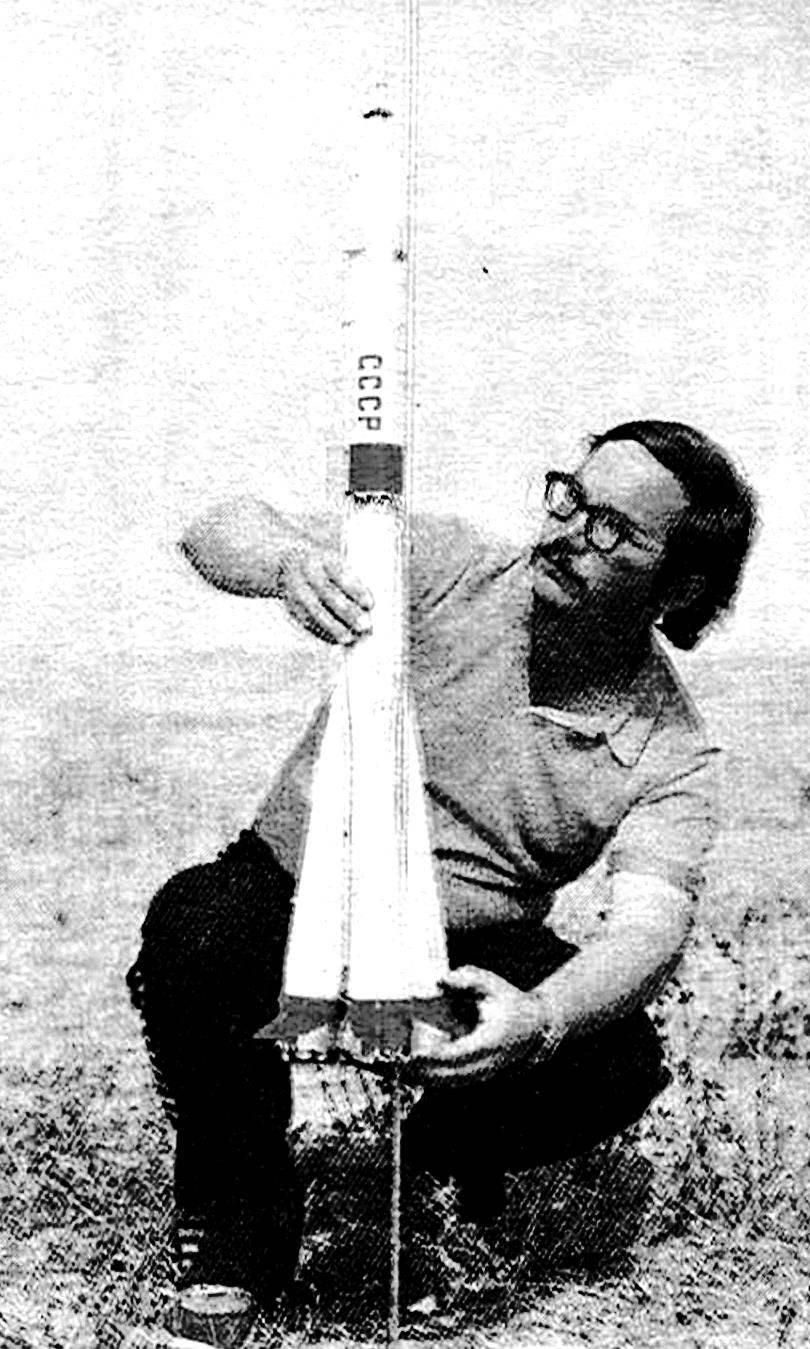 Обладатель золотой медали чемпионата СССР в классе моделей-копий S7 А. Бача (Латвийская ССР), перед стартом миниатюрного «Союза-Т».