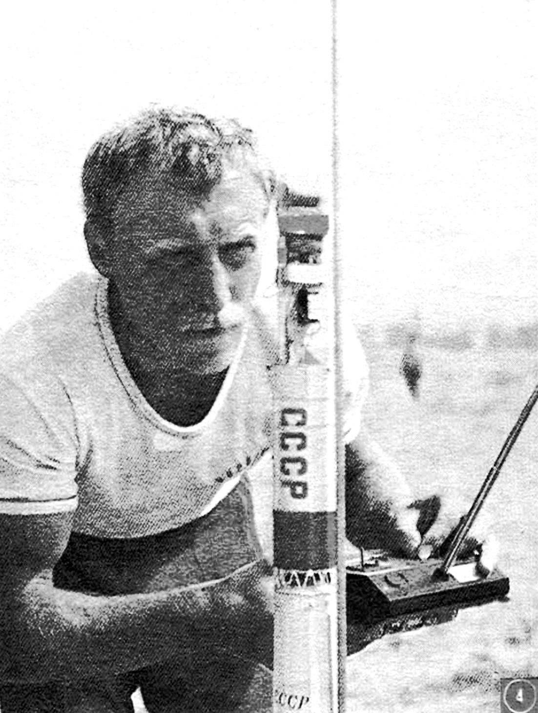 Чемпион мира в классе моделей-копий А. Корчагин из сборной Казахской ССР перед запуском своей ракеты.