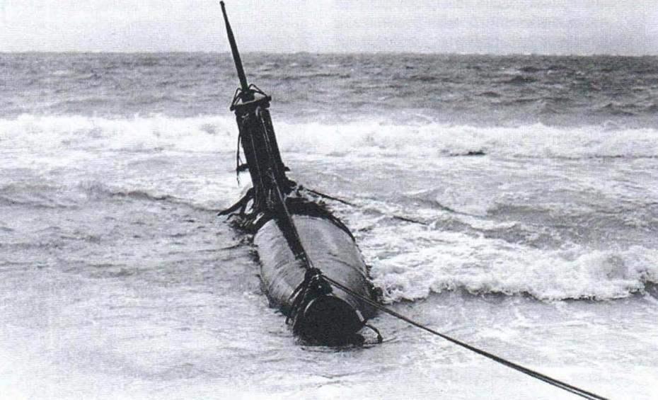 Японская лодка Тип А младшего лейтенанта Сакамаки в момент отлива на рифе у берега Оаху, декабрь 1941 г.