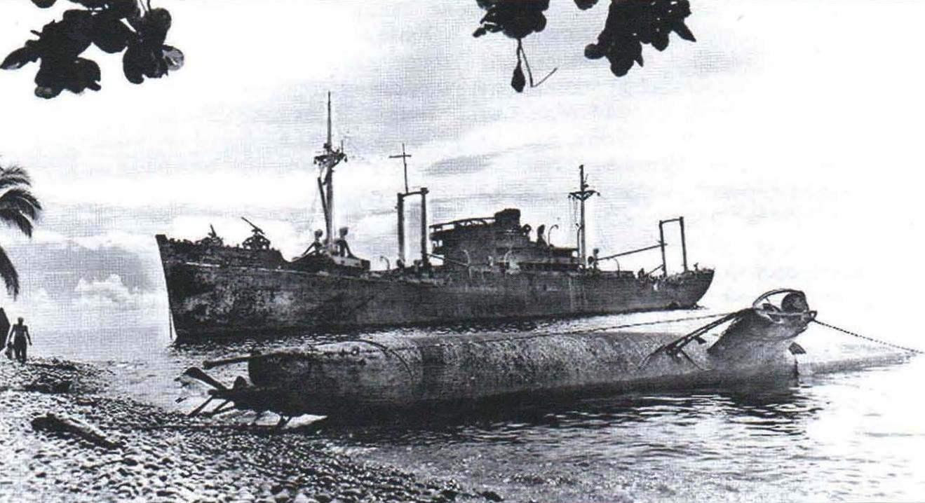 Повреждённые авиацией транспорт Yamazuki Маrи и карликовая подводная лодка Тип С брошены на берегу Гуадалканала
