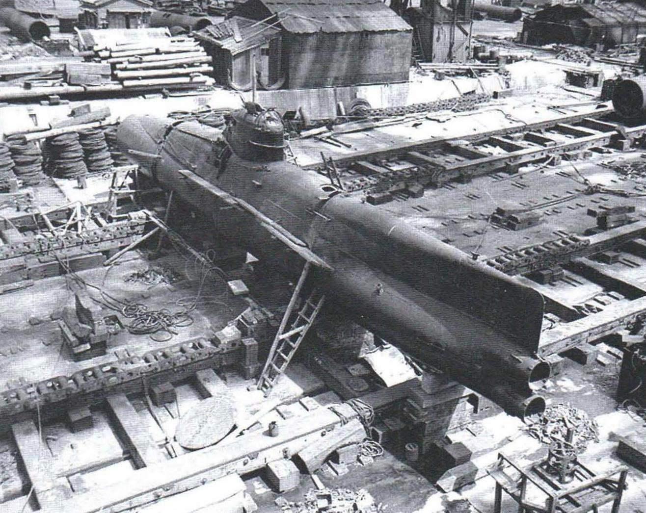 Сверхмалая лодка Koryu Тип D на верфи Yokosuka Naval Base, сентябрь 1945 г.