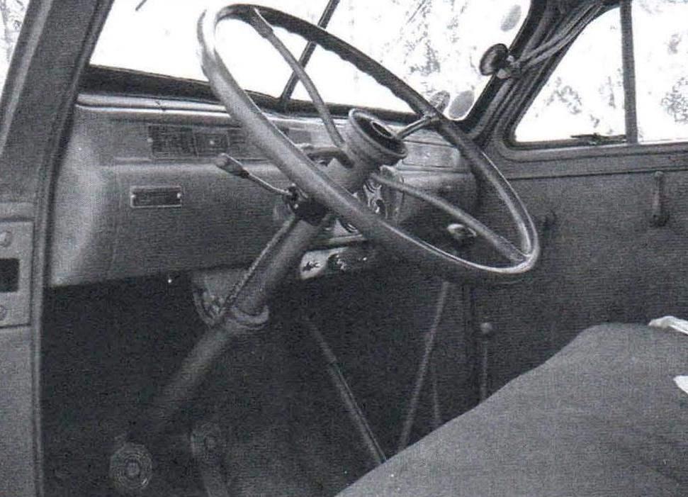 «УралЗИС-355М». Рабочее место водителя