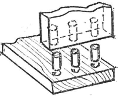 Рис. 3. Соединение нескладывающихся панелей из древесностружечных плит — с помощью вставных круглых шипов на клею.