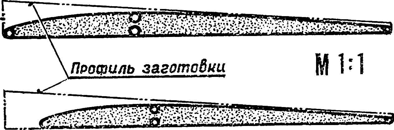 Сечения крыла по центральной части (вверху) и по месту перехода к «ушкам» (внизу).