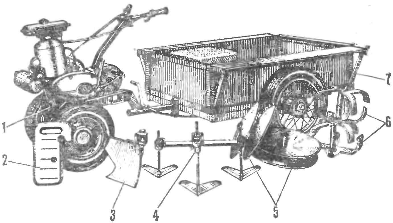 Мотоблок с набором сменных орудий