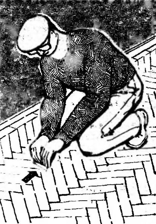 Рис. 11. Циклевание паркета: зачистка стыков клепки.