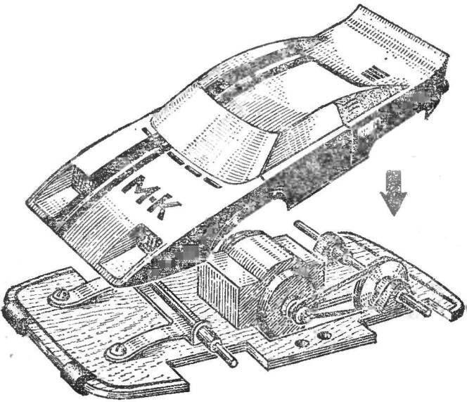 Автомодель класса ЭЛ-2 с микродвигателем МПД и ременной передачей к ведущей оси. Подшипники ведущей оси — медные трубки, заклеенные в деревянных кронштейнах, передняя ось подрессоренная. Полукопия спортивного автомобиля.
