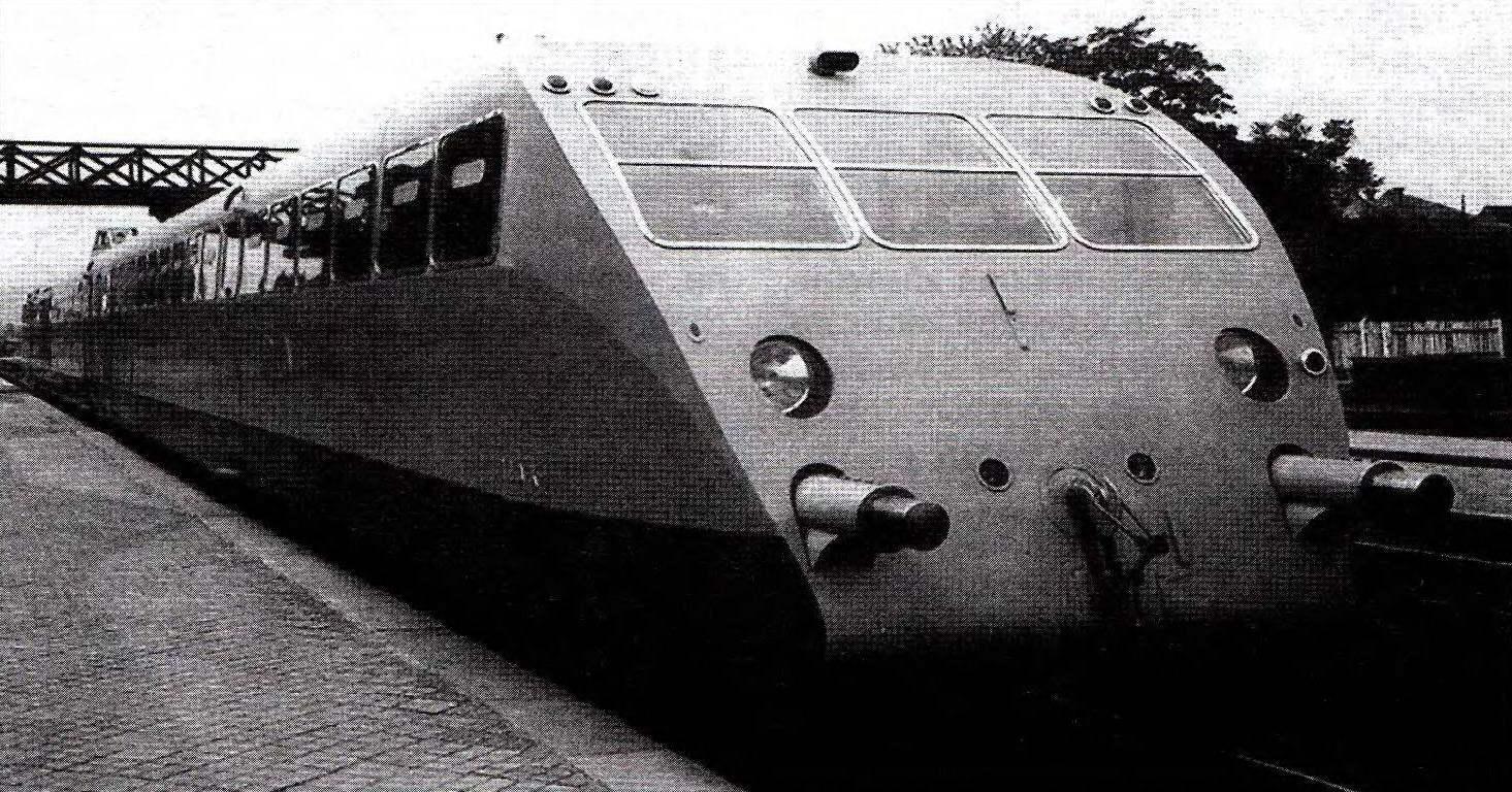 Предприятие Этторе Бугатти выпускало не только автомобили, но и комфортабельные скоростные мотовагоны. Составленные из них двух- и трёхвагонные поезда, развивавшие скорость до 196 км/ч, оснащались двумя или четырьмя 8-цилиндровыми 260-сильными моторами, созданными для машин «королевской» серии
