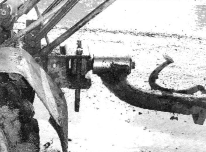 Очень важный узел прицепа мотоблока — сцепное устройство. Конструкция его может быть разной, но надёжность должна быть обеспечена. Ещё оно должно позволять прицепу поворачиваться относительно мотоблока не только в горизонтальной плоскости, но и в ограниченном вертикальном секторе, чтобы не происходило зависания колеса тележки. На фотографиях — варианты устройств