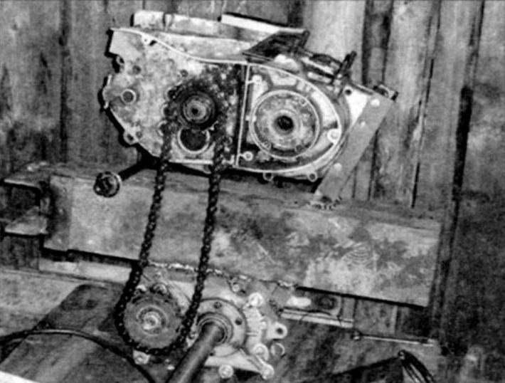 Компоновка силового агрегата (на фото только его картер) мотоцикла «ИЖ-Планета-3» и редуктора от грузового мотороллера «Муравей» на мотораме (натяжной механизм ещё не смонтирован)