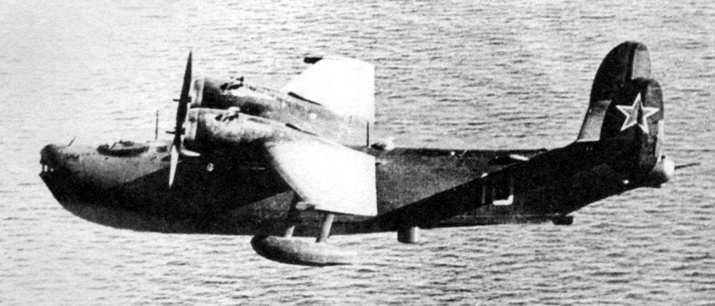 Бе-6 в патрульном полёте. Пол фюзеляжем видна выпушенная антенна РЛС