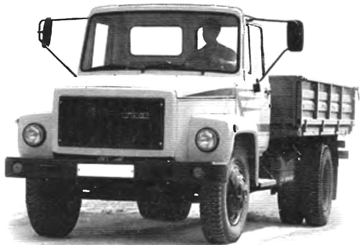 ГАЗ-3307 оснащался 120-сильным 8-цилиндровым бензиновым двигателем ЗМЗ-43-11
