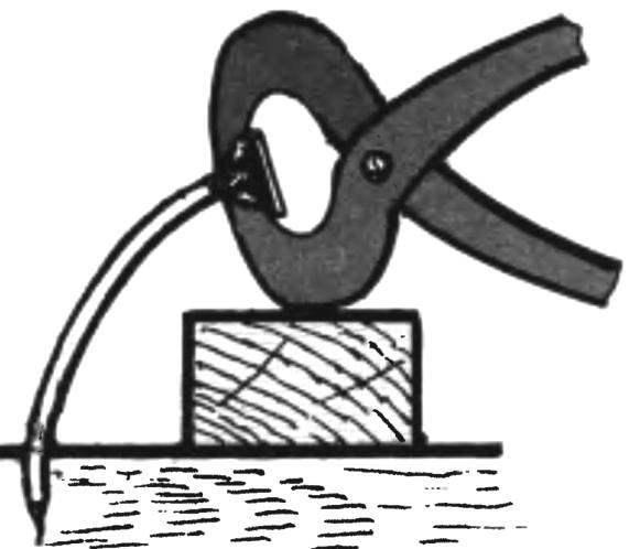 11. Для того, чтобы вытащить гвоздь из древесины, не повредив её поверхности, необходимо подложить под клещи или гвоздодёр деревянный брусок.
