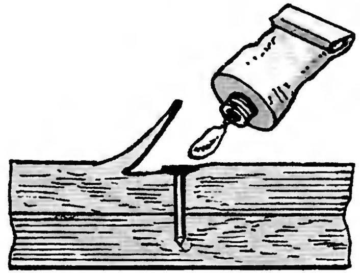 13. Если шляпку гвоздя или головку шурупа, соединяющего две деревянные детали, необходимо скрыть, отщепите стамеской тонкую стружку (но не до конца) в требуемом месте и вбейте гвоздь. Затем капните клеем и приклейте стружку на место. Шляпка гвоздя бесследно прикроется.