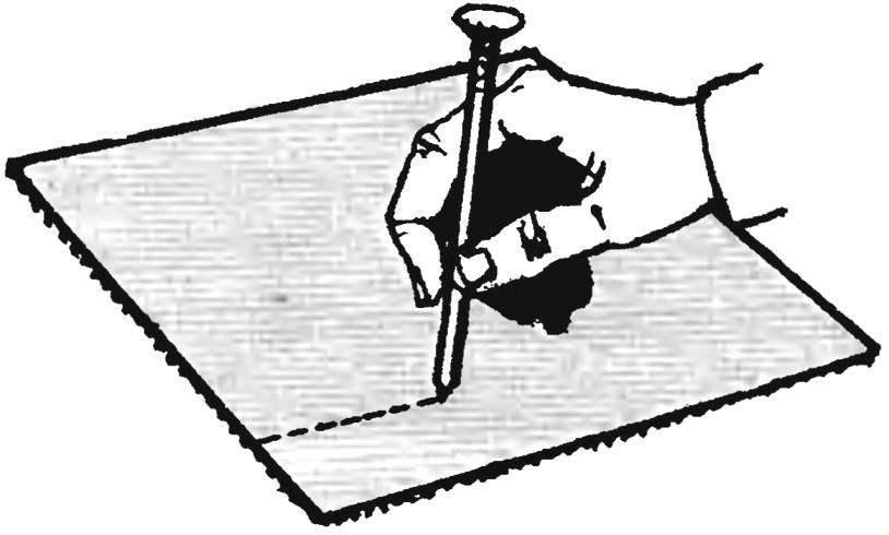 17. Не разрезайте наждачную бумагу ножом — его лезвие быстро затупится. Лучше положите шкурку абразивом вниз и проведите по бумаге острым гвоздём — бумага разорвётся точно по процарапанной линии.