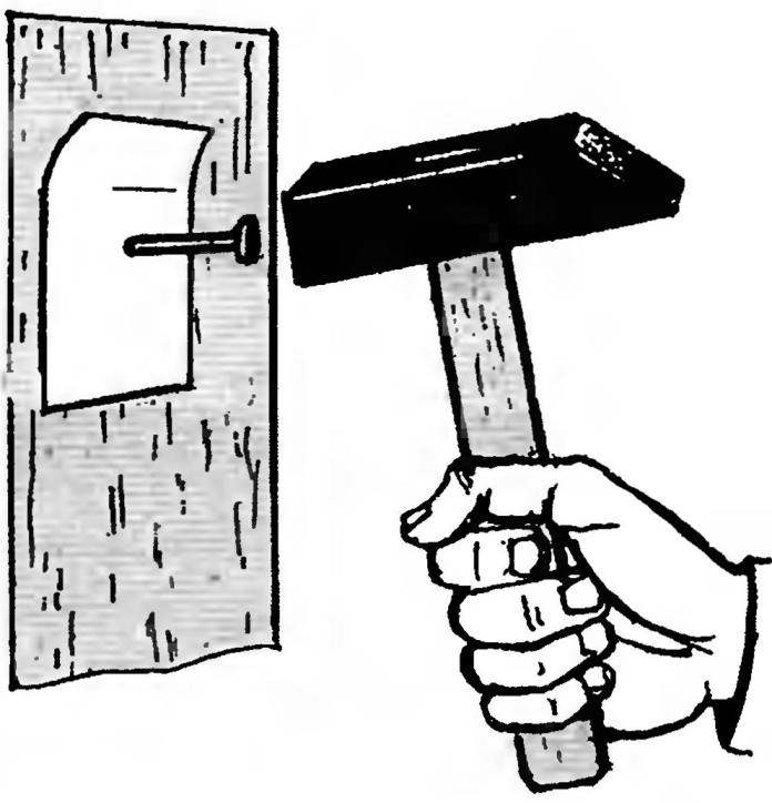 18. Забивая гвоздь в оштукатуренную, не оклеенную обоями стену, легко повредить её отделку. Чтобы штукатурка не осыпалась, можно предварительно наклеить на место, где должен быть забит гвоздь, кусочек липкой ленты.