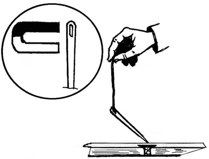 2. Обнаружить глубоко вбитые и зашпаклёванные гвозди, например, при ремонте расшатавшихся половиц, поможет намагниченная иголка на нитке. Её нужно двигать вдоль доски на высоте один миллиметр — против гвоздя иголка отклонится, точно указав искомое место.