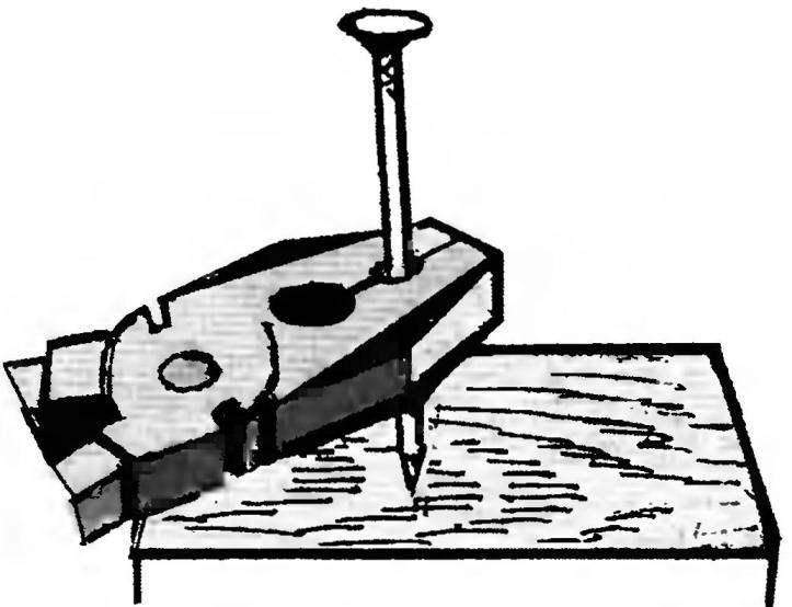 7. Гвоздь не согнётся, если его придерживать плоскогубцами.