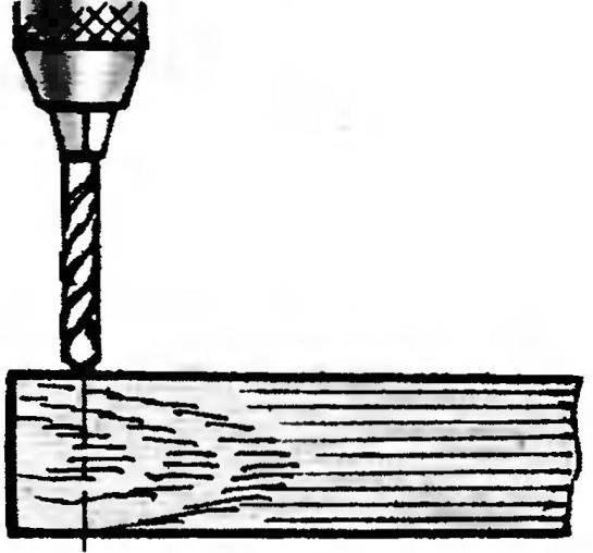 8. Когда необходимо вбить гвоздь в край доски, предварительно просверлите в этом месте отверстие диаметром чуть меньше диаметра гвоздя.