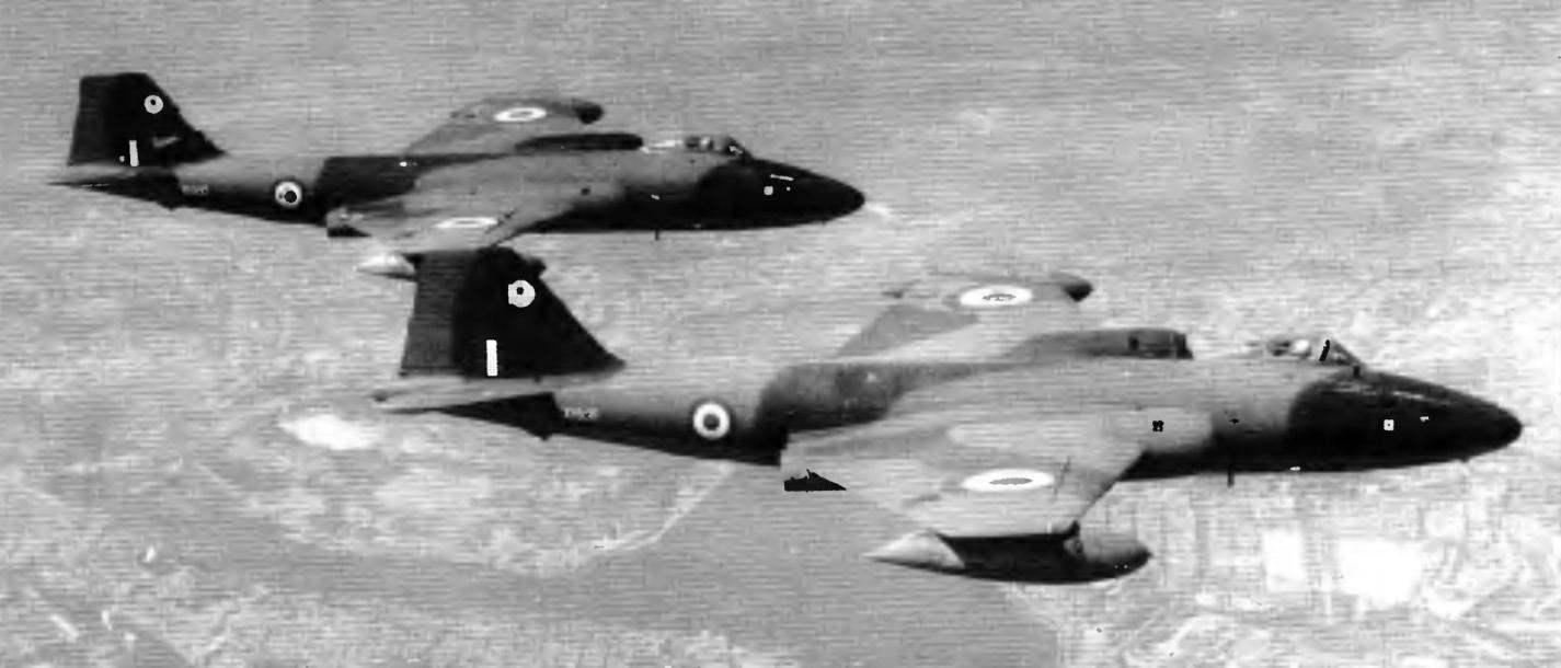 Пара высотных разведчиков «Канберра» PR.9 из состава 39-й эскадрильи в полёте, 1970 год