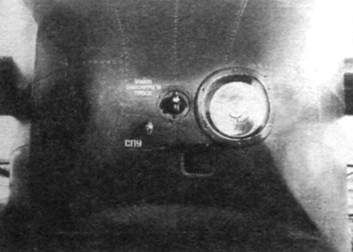 Носовой кок. Виден буксировочный замок в центре, розетка самолётного переговорного устройства и фара