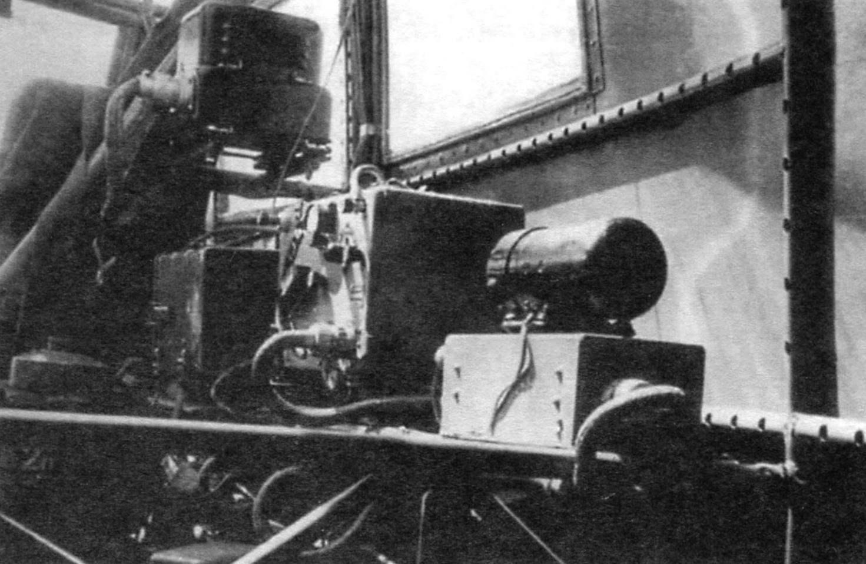 Электро- и радиооборудование, расположенное за креслом правого пилота