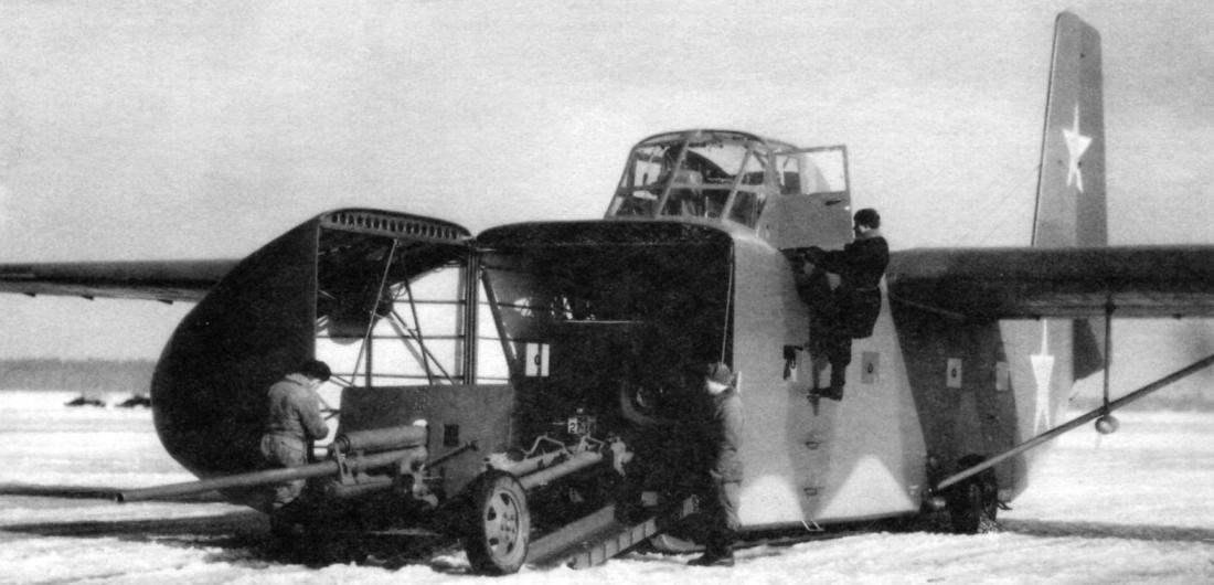 Боевая учёба: тягач ГАЗ-67Б загружает 57-мм пушку в планёр. Пилот занимает место в кабине. Время зимнее, и под брюхом планёра заметна длинная лыжа