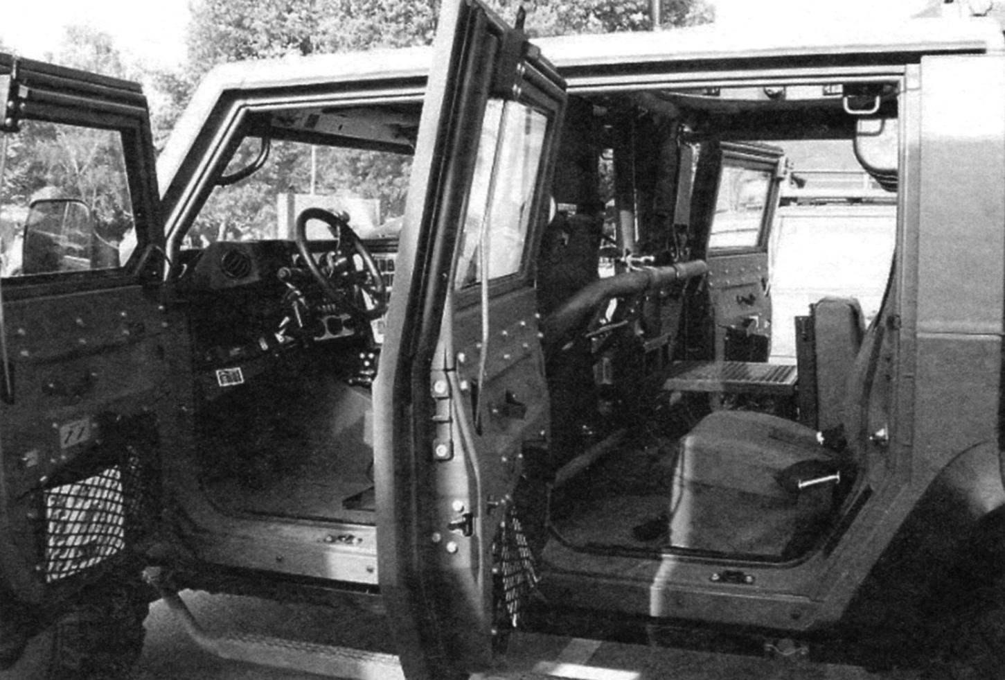 Салон машины разделён высокими спинками передних кресел, опорной трубой и поперечными трубчатыми распорками