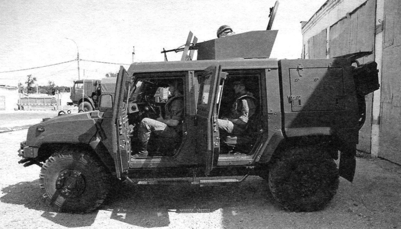 Размещение экипажа в 5-местном варианте. Стрелок-оператор при стрельбе стоит на опоре между сидений