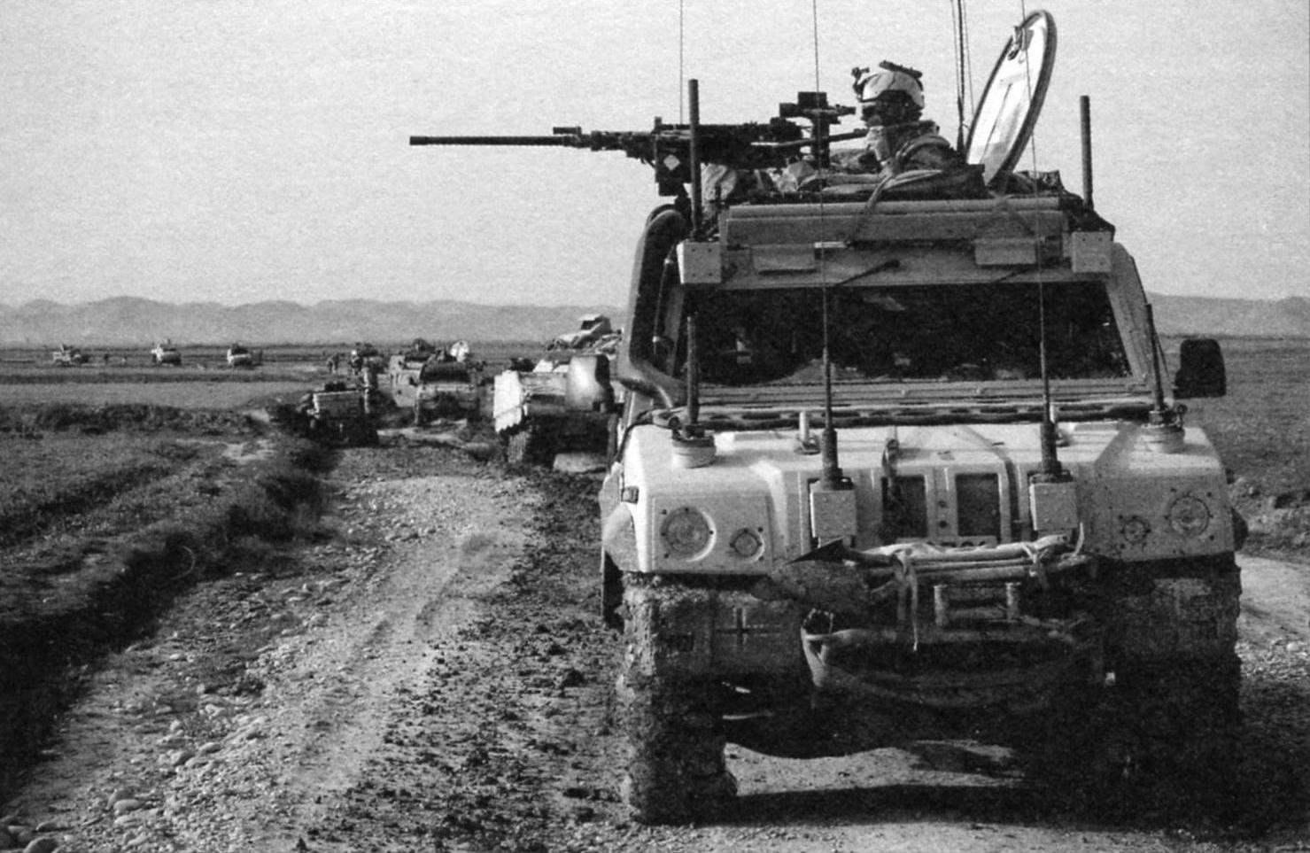 Колонна бронеавтомобилей «Ивеко» продвигается в пустынном районе Афганистана