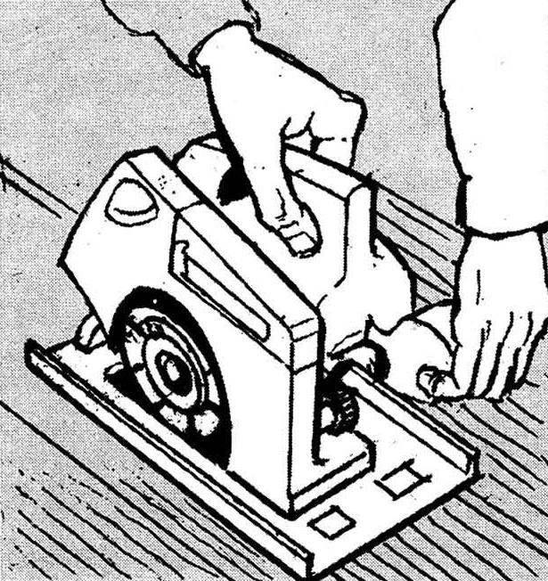 2. Выровнять дощатое покрытие легче всего с помощью электрорубанка: у его ножей не только широкий захват, но и ровная опорная металлическая пластина, покачивания на которой чутко покажут наличие неровности.