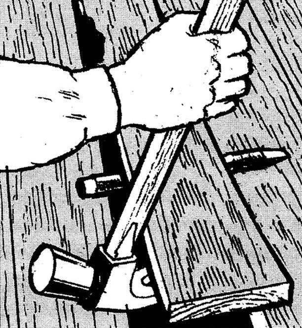 5. Однако чем ближе к лагам, к которым доска прибита, тем выше её сопротивление подъёму — прочности мастерка уже может не хватить. В качестве более мощного рычага послужит обычный молоток, а удерживать затем поднятый участок поможет подложенный под половицу любой металлический стержень (например, зубило).