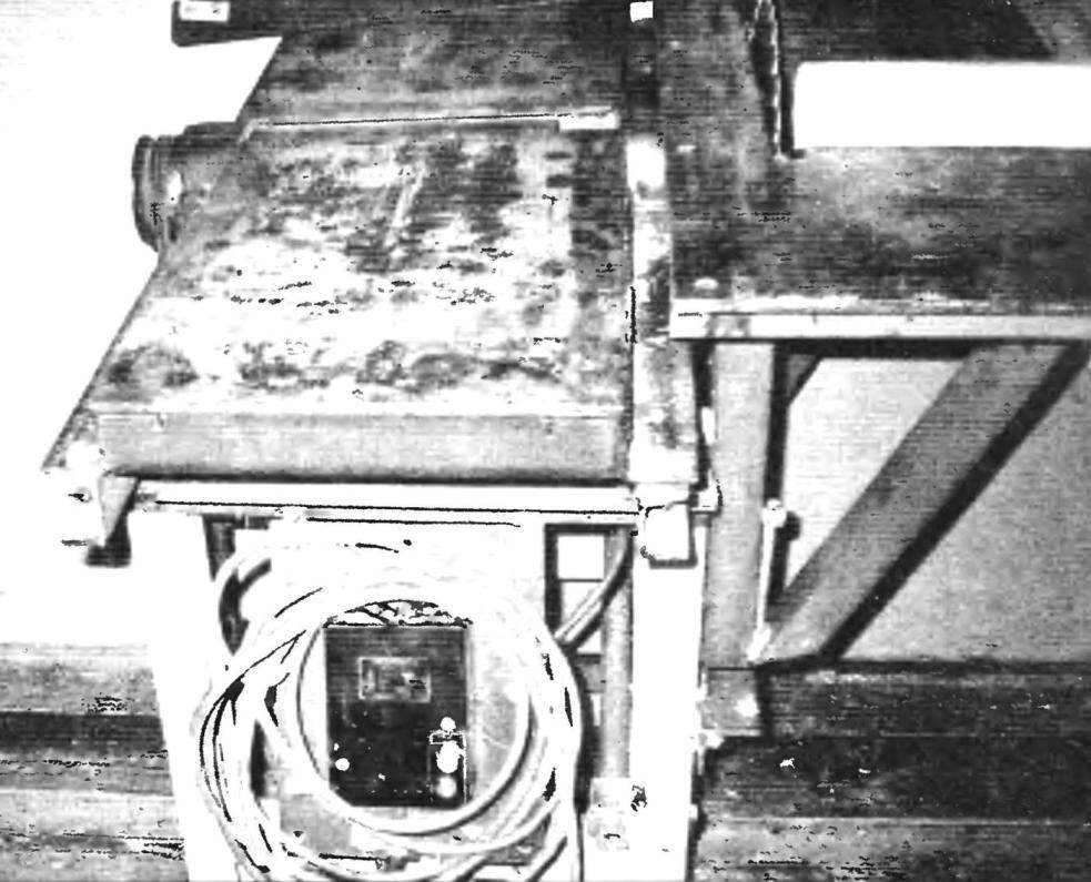 Столы (приёмный и отводной) фуганка и пульт управления (на переднем плане)