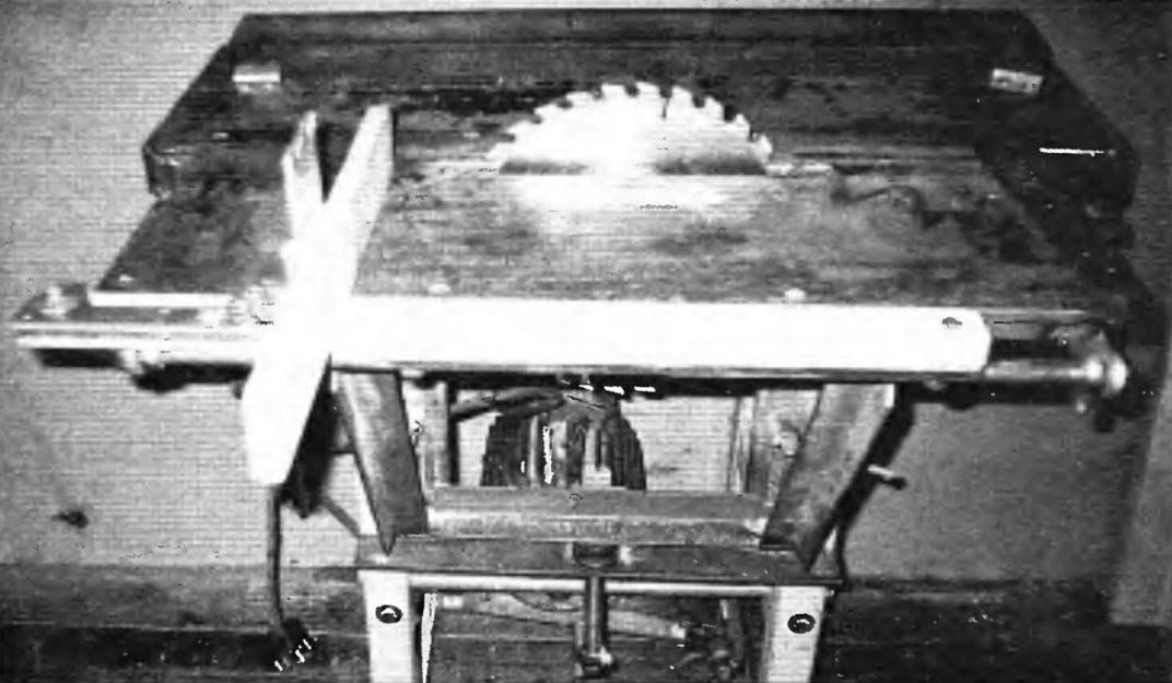 Подъёмный стол циркулярной пилы с механизмом торцевания заготовок