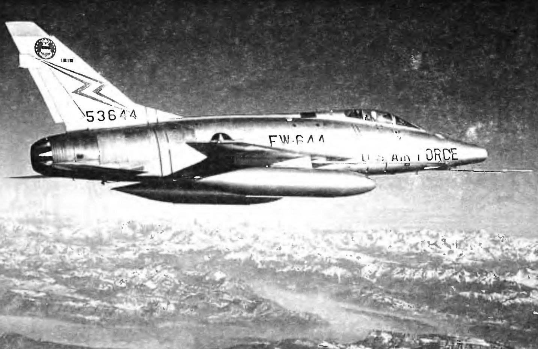 F-100D с подвесными топливными баками