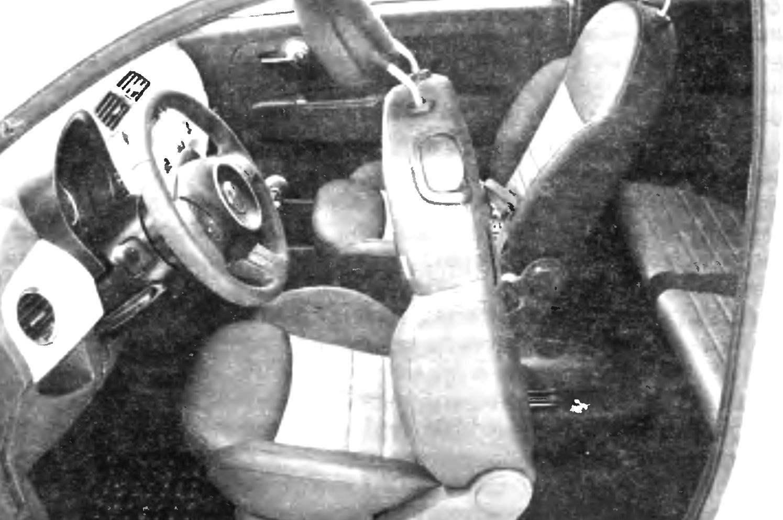 Передняя часть салона FIAT-500 выпуска 2007 года