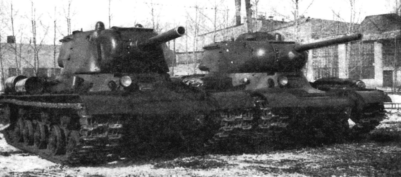 «Образец 234», вооружённый 122-мм гаубицей У-11, и «образец 233» с 76,2-мм пушкой ЗИС-5 на Челябинском Кировском заводе. Будущие танки ИС-2 и ИС-1