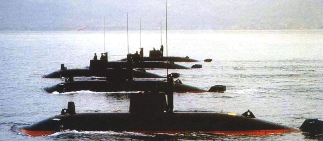 Парадное прохождение пяти югославских сверхмалых лодок в Бока Которска во второй половине 1990-х гг.