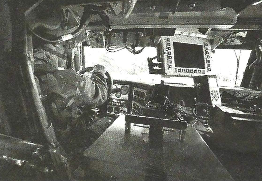 Отделение управления автомобиля. Слева размещается водитель, справа - командир, в его распоряжении имеется дисплей, отображающий боевую обстановку