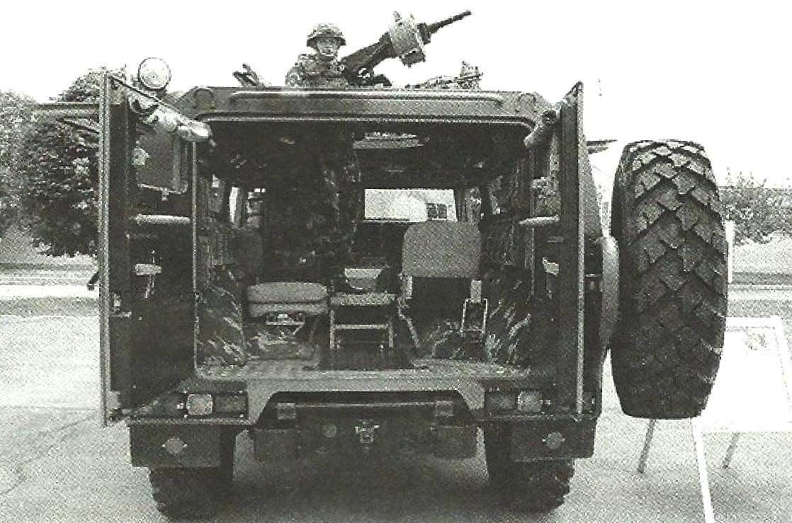 Десантное отделение броневика «Тигр» с распашными дверями. В зависимости от модификации машины здесь могут разместиться до семи солдат с полным вооружением. В открытом люкс - боец с 30-мм гранатометом АГС