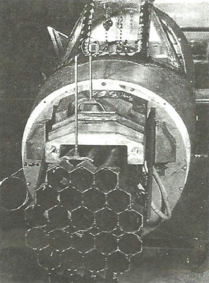 Носовая часть Ва 349А. Видно главное оружие перехватчика — батарея для 24-х ракет Hs 217 «Фёхн» калибра 73 мм. По сторонам видны провода системы запуска ракет. Сверху - мушка и прицельная рамка. Каркас козырька кабины сделан из 2-мм стали, в который вставлено бронестекло