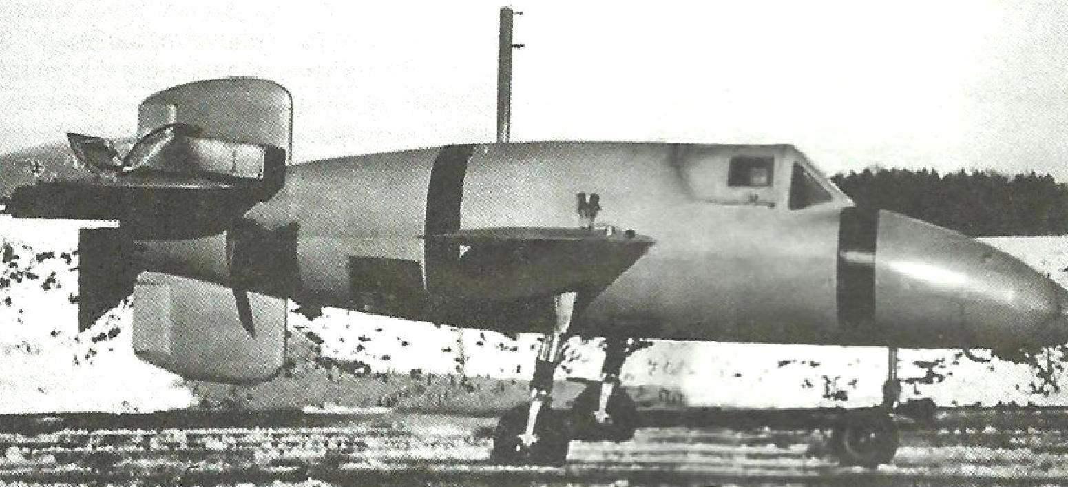 Прототип М8, предназначенный для планирующих испытанны. Хорошо видно шасси, заимствованное от самолёта Клемм КІ 35. За крылом снизу - открытый парашютный люк. Сам парашютный контейнер с крышкой лежит на стабилизаторе